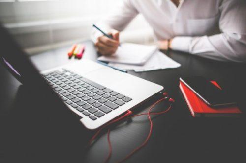 hombre-que-trabaja-con-la-computadora-portatil_385-19323865-1